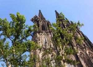 Der Kölner Dom im Grünen