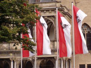 Kölner Flagge vor dem Historischen Rathaus